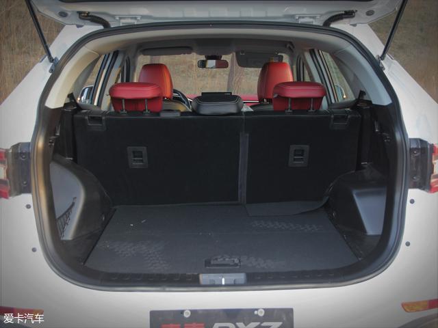 全新东南DX7的后备厢空间较为宽敞且十分平整,后排座椅放倒后可获得更大的载物空间,而且座椅靠背与后备厢底面零落差的设计也非常人性化。