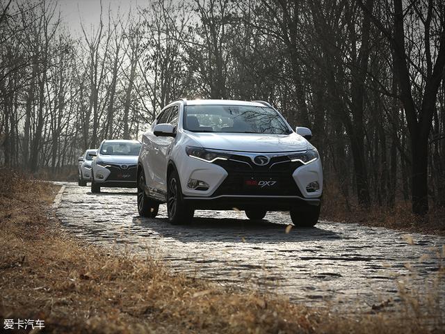 当车辆在砾石路上驾驶时,车辆的抓地能力丝毫不受影响,过弯较为干净、利索;而来到卵石路面时,车辆良好的悬挂调校也能轻松化解颠簸。
