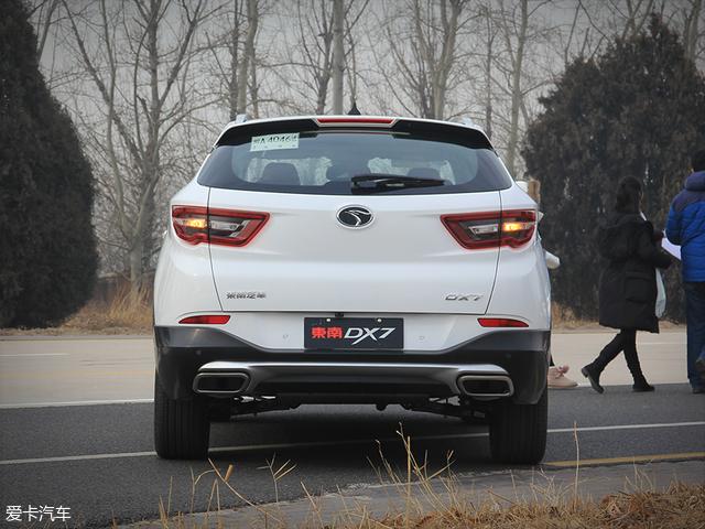 """饱满、圆润的车身尾部同样采用了SUV车型经典的""""束腰式""""设计,而流畅且清淡的线条则又使全新东南DX7的尾部有着一定的层次感。"""