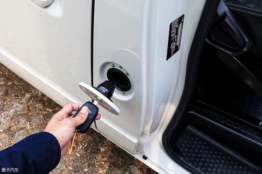 油箱盖位于车身右侧B柱的位置,缺乏挂绳的设计在加油时略感不便。另外,上汽大通V80的柴油车型建议加注油品均为0#柴油。