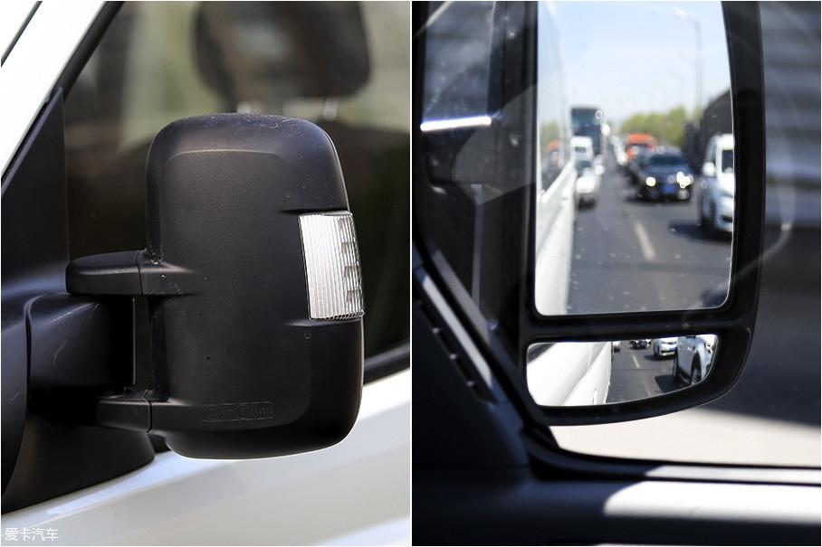 后视镜外部集成了卤素转向灯,内部集成了电加热、电动调节功能,下方的广角镜片可以更加方便发现处在盲区的车辆。