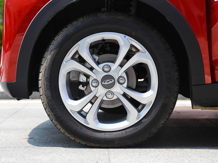 轮圈是铝合金材质的,既美观也质量轻。刹车方面,小蚂蚁300用的是前碟后鼓式。
