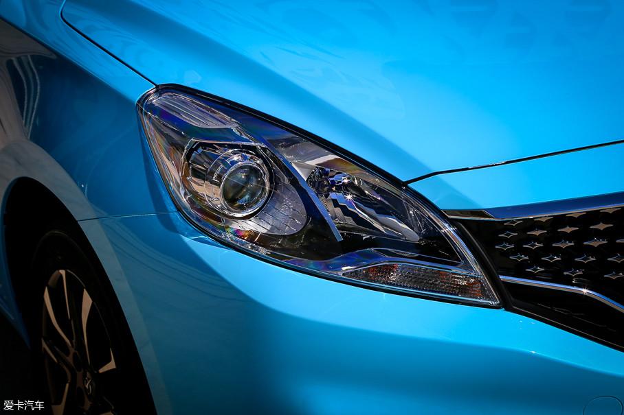 车头灯跟老款车型相比变化不大,依然使用了远近光分体式设计,其中近光灯带有透镜。包括转向灯在内的所有光源均为卤素。
