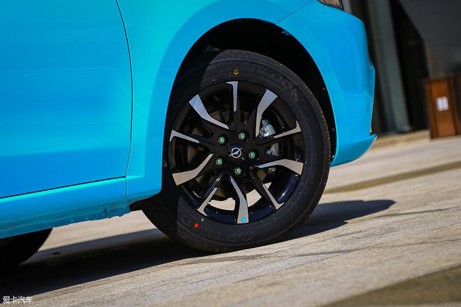 """16英寸双色铝合金轮圈的造型挺""""显大""""的,匹配尺寸为205/55 R16的韩泰轮胎。这款轮胎的主要特点是耐磨指数较高。"""