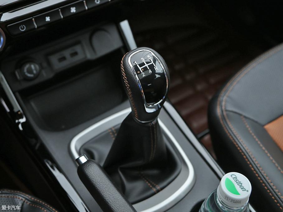 传动方面,与之匹配的是5挡手动变速箱。车内挡杆设计中规中矩,缝线和真皮材质的使用提升了档次感。