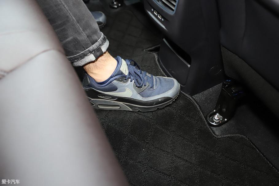 后排地板几乎纯平,中间乘客的脚不会太难受。