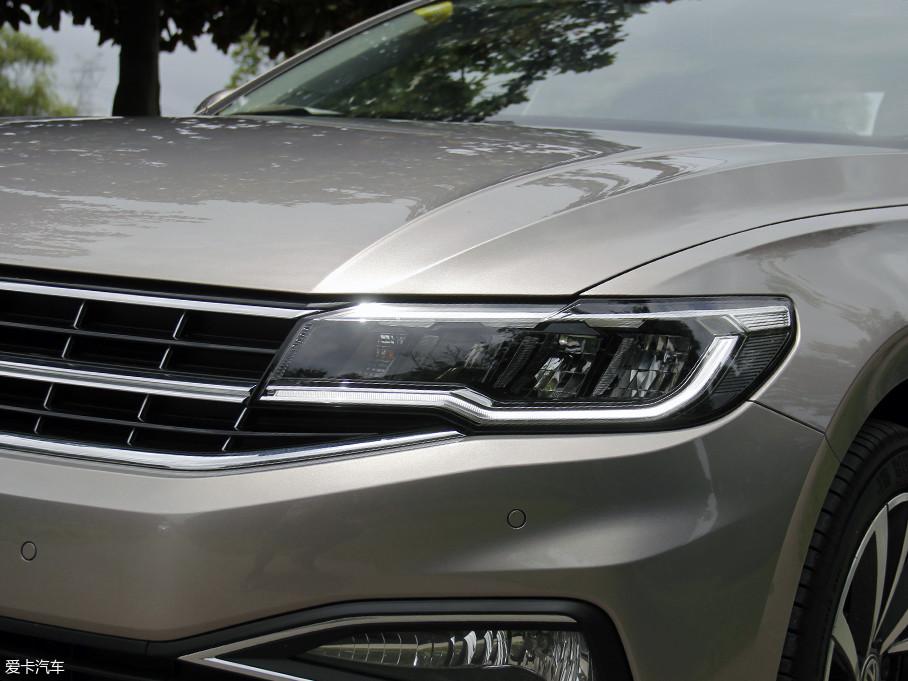 大灯全系采用了全LED的光源,在同级别车型上十分少见,而在造型上也更加锐利动感,有意思的是LED日行灯带正好与前格栅的镀铬条相连,视觉效果上有了横向的拓展,看起来更加的稳重大气。