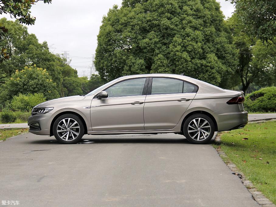 全新一代宝来精妙的采用了前后短悬,拉长轴距的设计,这样既能让整个车身侧面有了更加完美的比例,同时也能进一步提升车内的乘坐空间。