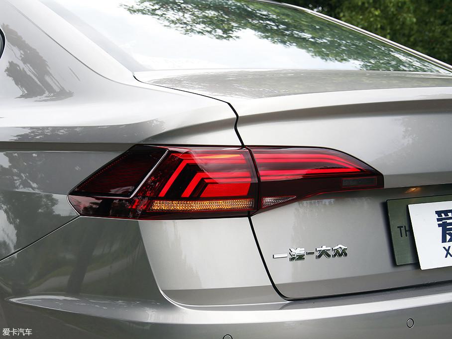 全LED的尾灯同样是全系标配,锐利的造型设计与前大灯相之呼应,同时LED灯带式的灯光设计,将整车的动感气质进一步凸显了出来。