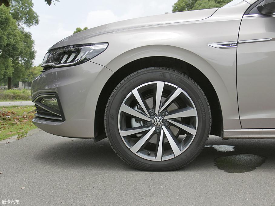 全新一代宝来的轮圈采用了双五辐式的设计。轮胎方面,本次试驾车的前后轮胎,配备的是锦湖ECSTA翼驰达系列轮胎,规格为225/45 R17。