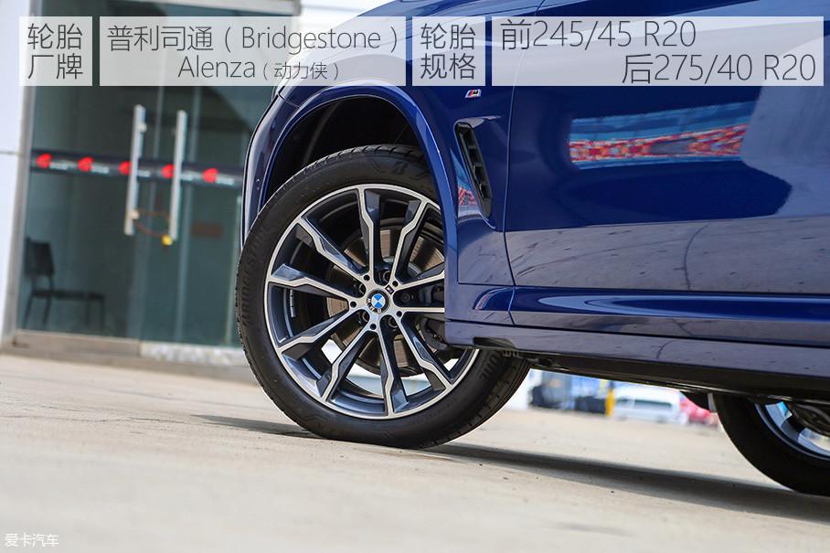 """20英寸十辐造型的轮圈动感十足,而且搭配轮胎之后也让车身姿态显得更加稳健,完全不会给人留下""""头重脚轻""""的感觉。顶配车型采用了后驱跑车前窄后宽的轮胎规格设定,而其他车型则全部采用245/50 R19的轮胎规格。另外,全系配备缺气保用轮胎也是宝马一直坚持的做法。"""