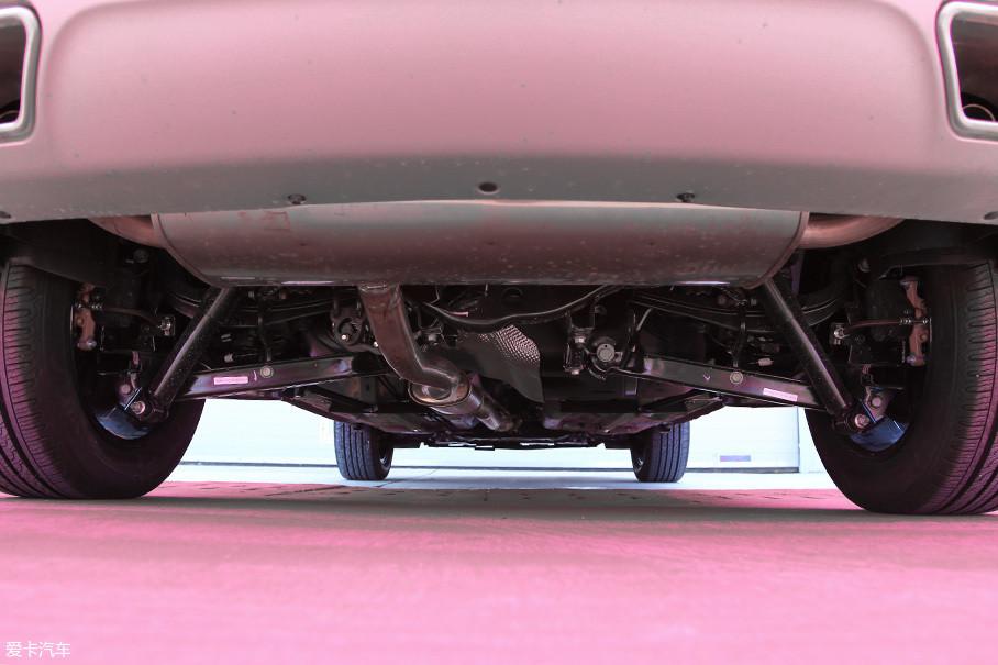 前麦弗逊后多连杆的全独立悬挂基本沿袭了老款的优良传统。而且,倾斜度较大的减震器设计提升了车辆的侧向支撑能力。