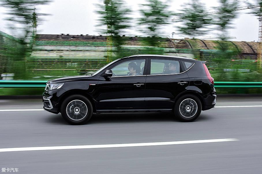 车身的响应依旧还是普通家用SUV的程度,重心转移会显得不够积极,而车头的指向性也略微会让驾驶者感到模糊。不过这确实不是个需要在普通家用车上强调的问题。