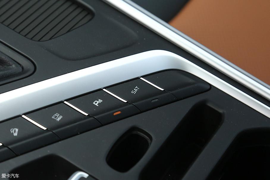 另外,这台变速箱还增加了强制模拟8速AT换挡的SAT模式,一定程度上提高了车辆起步时动力的结合速度,加速过程中的换挡节奏感也随之增强。