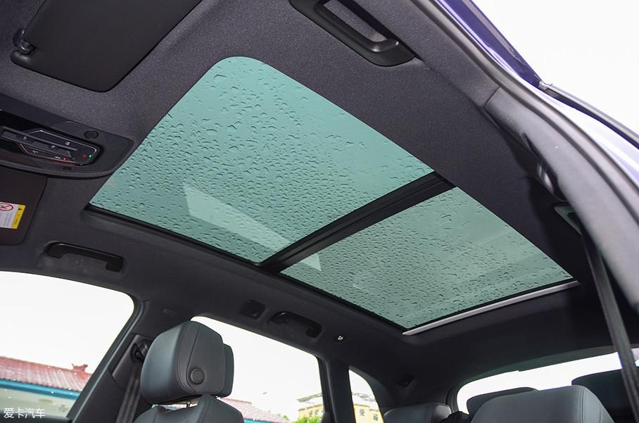 针对轴距的加长,天窗也进行了适配性的开发,纵向长度同样加长了88mm!使之拥有了1.26㎡的透光面积。