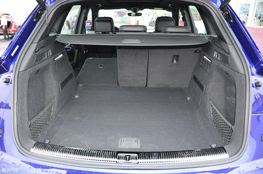 由于轴距加长对行李厢尺寸没有影响,Q5L和海外标轴版车型保持一致,空间为550L。后排座椅支持4/2/4比例放倒,放倒后,空间可瞬间升级至1600L。
