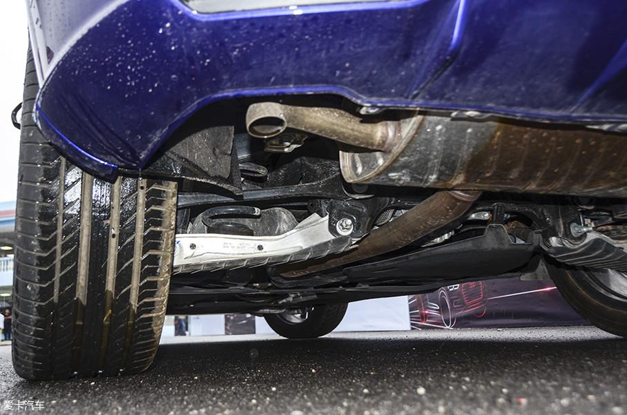 比如,Q5L的后悬挂下摆臂采用铝制材料。