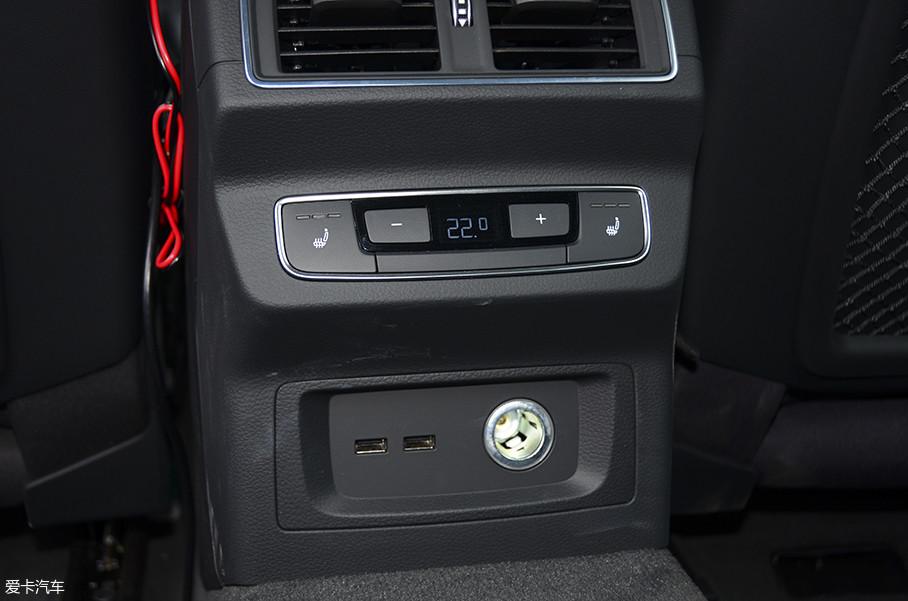 车舱中,一共有4个USB充电口,这项配置非常顺应时代,但遗憾的是,无线充电在Q5L上没有出现。