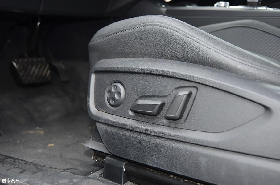 Q5L全系配备了主副电动座椅,但主驾驶座椅记忆都需要选装,价格是2500元。