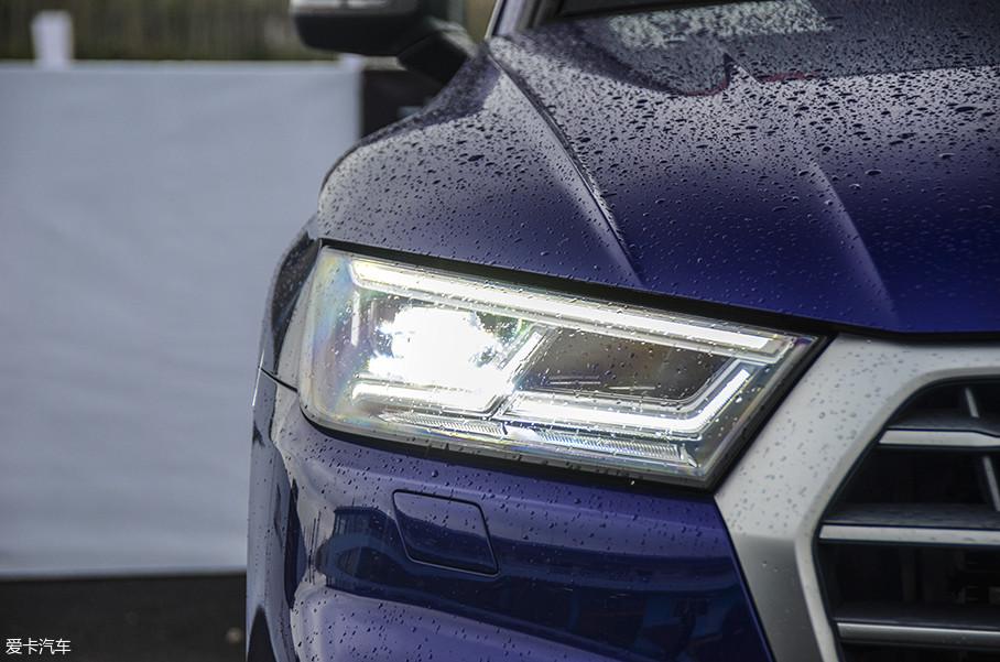 车辆在灯光配置方面非常丰富,LED大灯组分为64个亮度级别,以实现不同天气的光源需求,并且可以根据前方路况需要,自动改变相关区域的照射亮度,防止炫目以及反光。