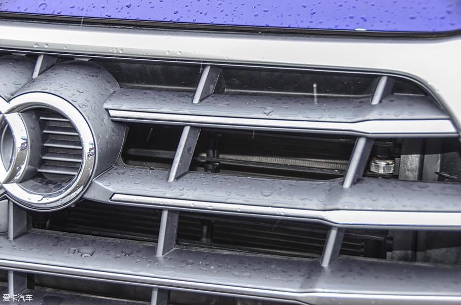 奥迪Q5L配备了主动式进气格栅,帮助更好的控制发动机水温,提高发动机效率。