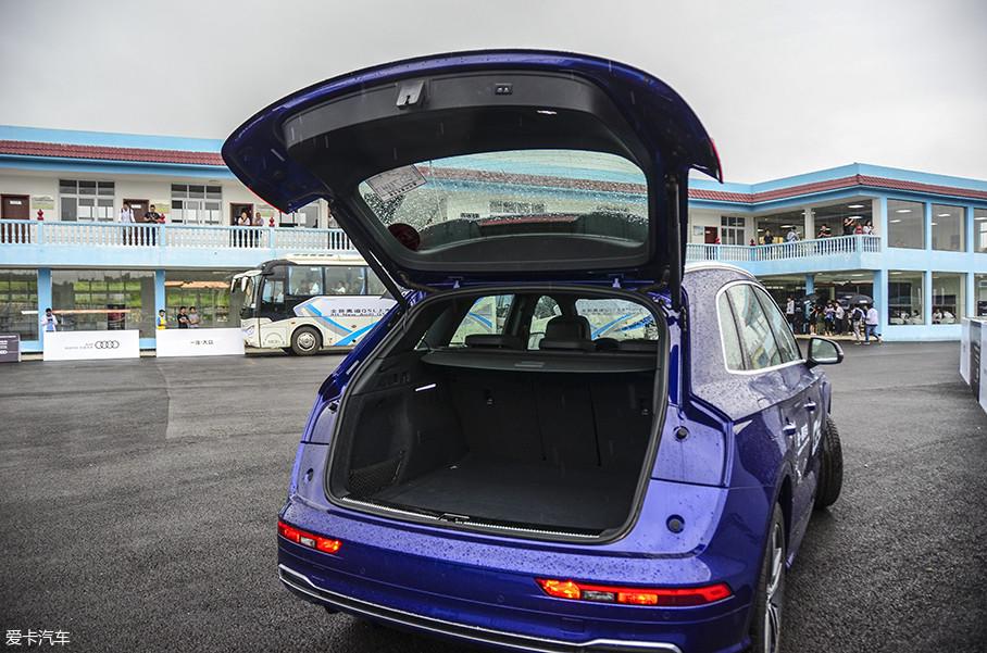 尾灯样式和老款车型一样,同样没有将灯组分体,而是选择直接拓宽尾门,开启后的尾部视觉效果很独特。
