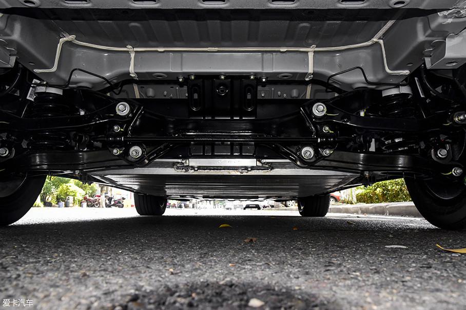逸动EV460采用了前麦弗逊+后多连杆式的独立悬挂,而四轮独立悬挂的配备是燃油版车型上所不具备的。
