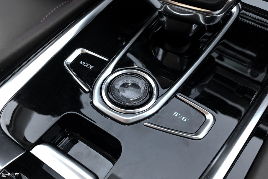 位于启动按键左侧的为驾驶模式选择按键,而右侧为能量回收强弱的选择按键,两者均为触摸控制,无需用力下按。