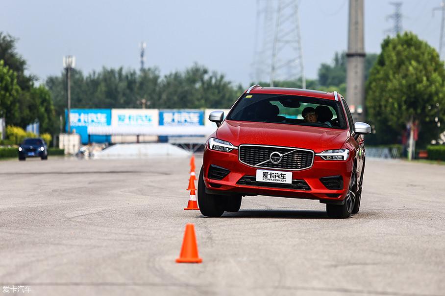 """除了上述空气悬挂在运动模式下带来的较好支撑性外,良好的前轮指向性也功不可没,至少作为SUV车型而言,这样的极限操控性已经可以满足大部分驾驶者对于""""操控""""的追求了。"""
