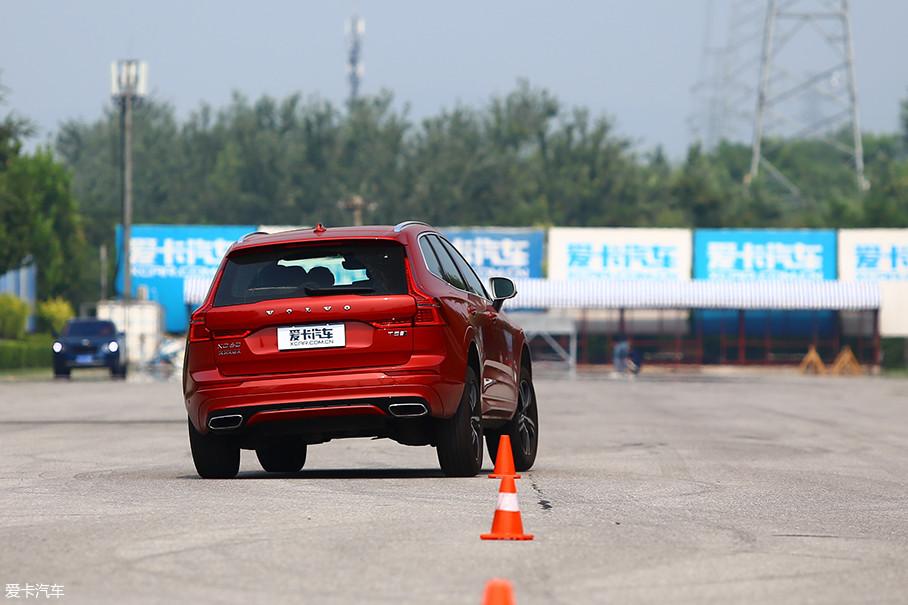 AWD四驱系统的发挥非常稳定,实时的扭矩分配可以进行及时调节,以使抓地力更强的一侧轮胎在地面产生更大的摩擦力,防止车身产生不必要的横向滑动。