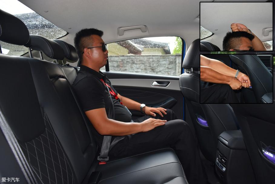 保持前排座椅位置不变,体验者来到后排,头部空间一拳左右,腿部则有两拳左右的空间。