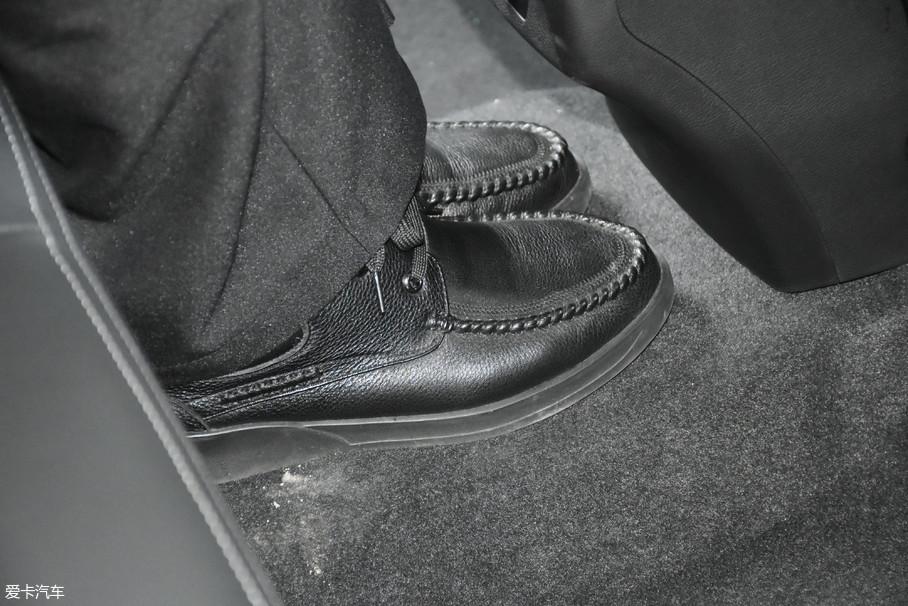 中间地板有幅度较小的凸起,不过宽度足以放下成年人的双脚,所以中间位置短时间乘坐问题不大。