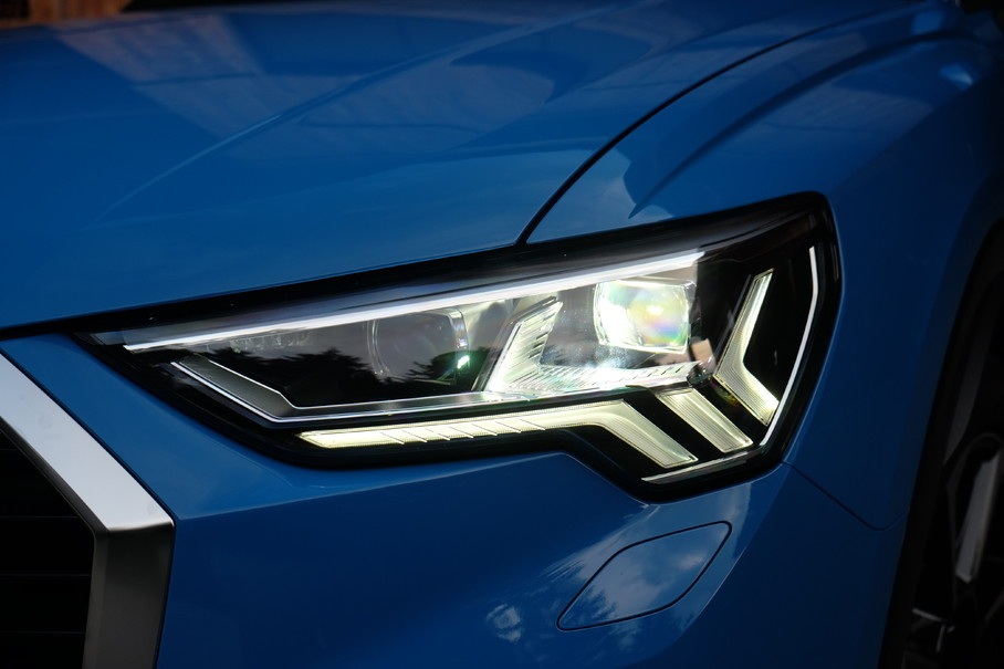 无论哪款配置车型,都采用了全LED技术,顶配车型更是采用了矩阵式LED大灯,远光带有自适应功能,提供智能化照明。