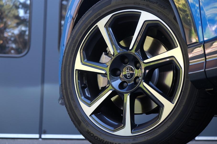 根据不同车型版本,共分为17、18、19、20英寸轮圈,我们这台S-Line车型配备了韩泰品牌ventus S1 eo2 SUV系列225/45 R19规格轮胎,国内市场售价约900元/条。