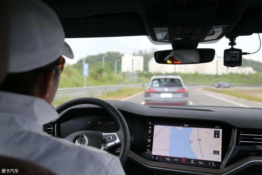 """全速域ACC和车道保持的应用,让全新途锐可实现""""半自动""""驾驶。"""