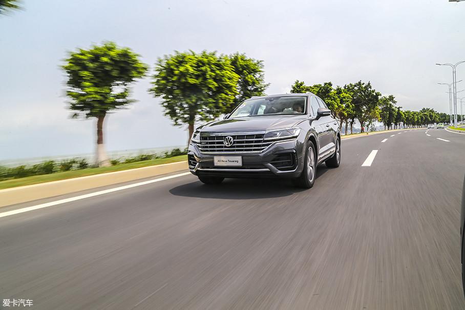 对于途锐这样的中大型SUV,这台ZF的8速自动变速箱是很稳妥的选择,换挡平顺,运转稳定。对于一款可以轻度越野的SUV来说,这台8AT的表现让人满意。