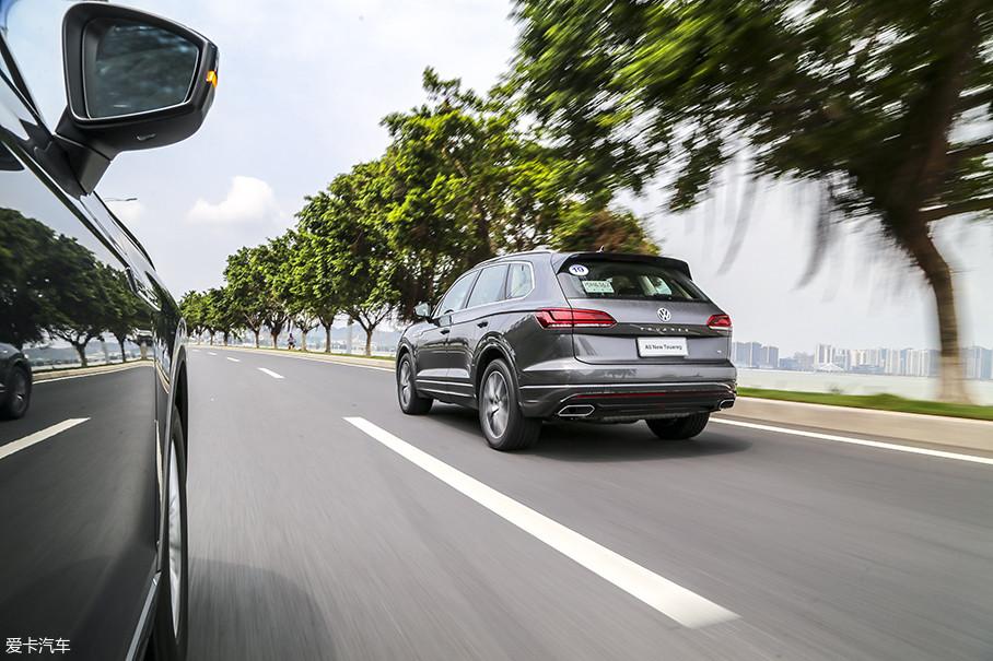 隔音降噪方面,全新途锐表现还算不错。虽然没有使用双层玻璃,但是整体的静音水平比较优秀,当车速增加,最大的噪音源是A柱的风噪,所以,车辆底盘和发动机的隔音还算不错。