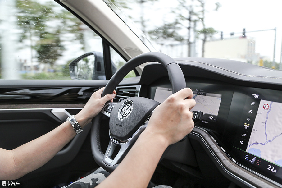 """驾驶体验中,转向感受变化是最大的。首先,力度整体变轻了,不再是前两代途锐那样的""""OLD SCHOOL""""式的沉重感。"""