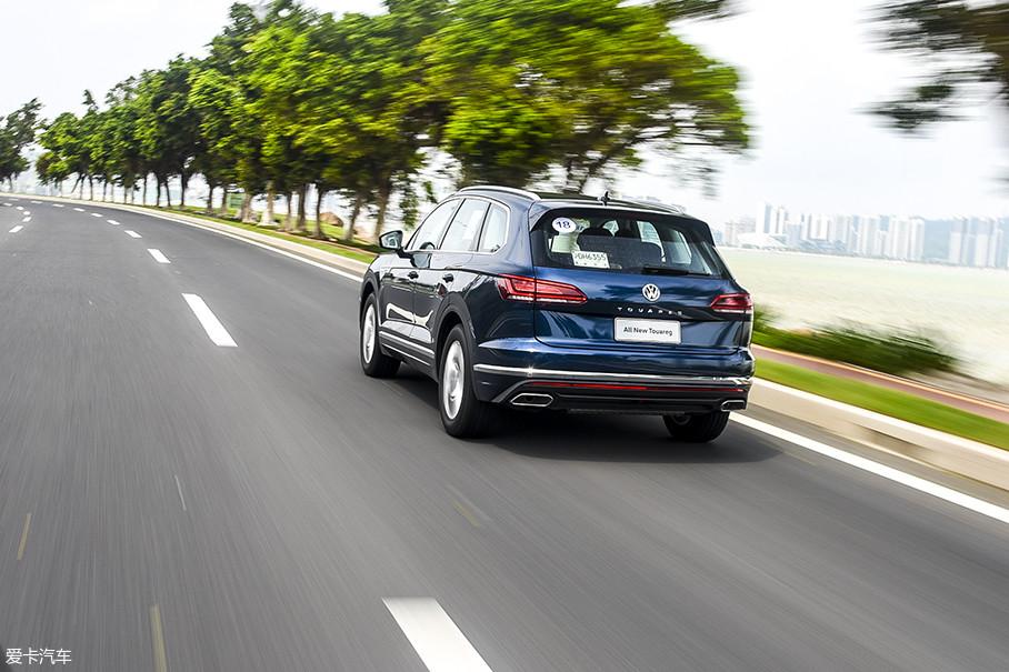 另外,2.0T车型的油门调校也和3.0T不同,初段较为敏感。在城市中驾驶时,轻点油门就能获得不错的加速,而3.0T车型需要深踩。