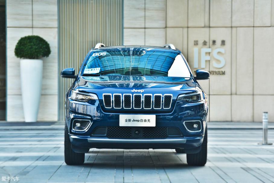 新款自由光的车头采用了Jeep最新的家族设计风格,发动机舱盖看起来更高,使得前脸整体看起来不像老款那样单薄。