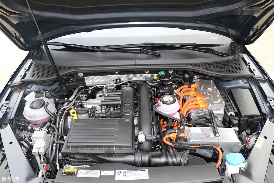 这套插电混合动力系统由一台1.4T涡轮增压发动机和电动机组成,前者最大功率115kW/5000-6000rpm,电动机最大功率85kW。