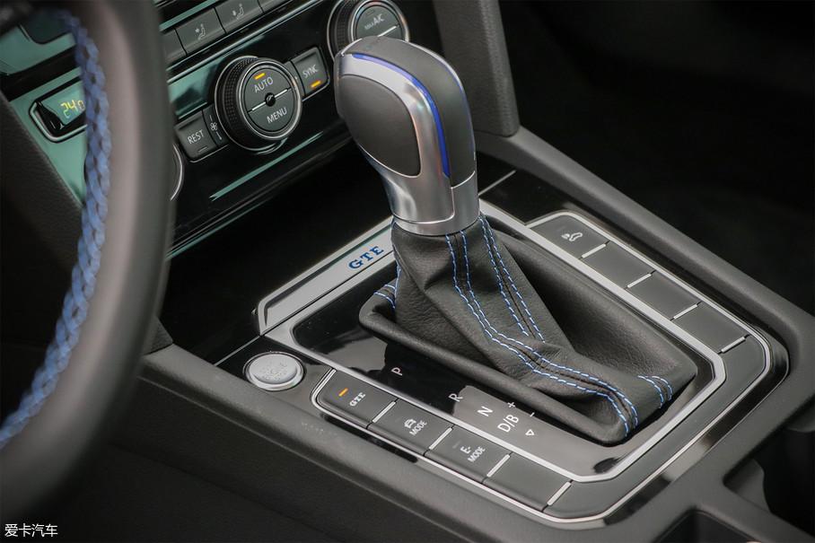 搭载代号为DQ400e的6速双离合变速箱,并在双离合变速箱两组离合器的基础上,增加了与发动机脱开/结合的脱离离合器,低负载松开油门踏板时,车辆会进入空挡滑行状态,从而进一步节省燃油。