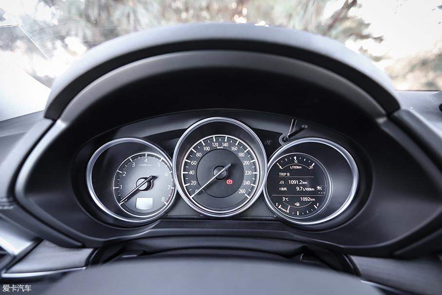 三炮筒式仪表盘在马自达不少车型上都有应用,信息显示非常直接明了,最右侧为液晶显示屏,用来显示油量、水温以及里程等信息。