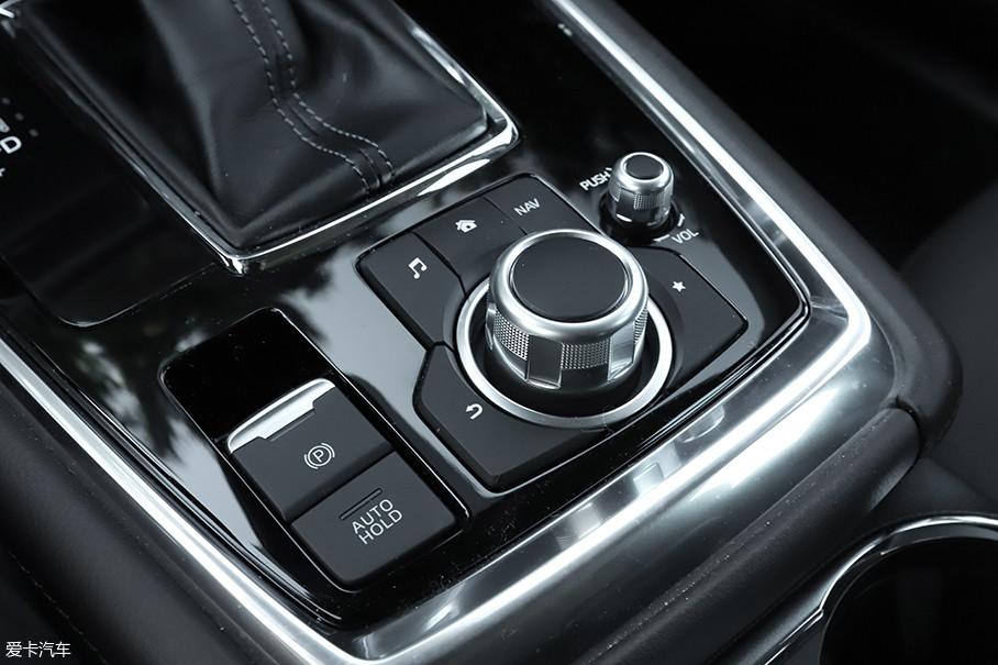 排挡杆后方为人机交互系统的操作区域,采用旋钮加按键操作的设计很好上手,驾驶时盲操作也很轻松。