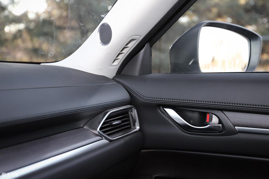 内饰细节处设计还是不错的,A柱下方中控面板与车门饰板连接处的整体感很强,仿皮缝隙工艺的针脚处理也很细腻。