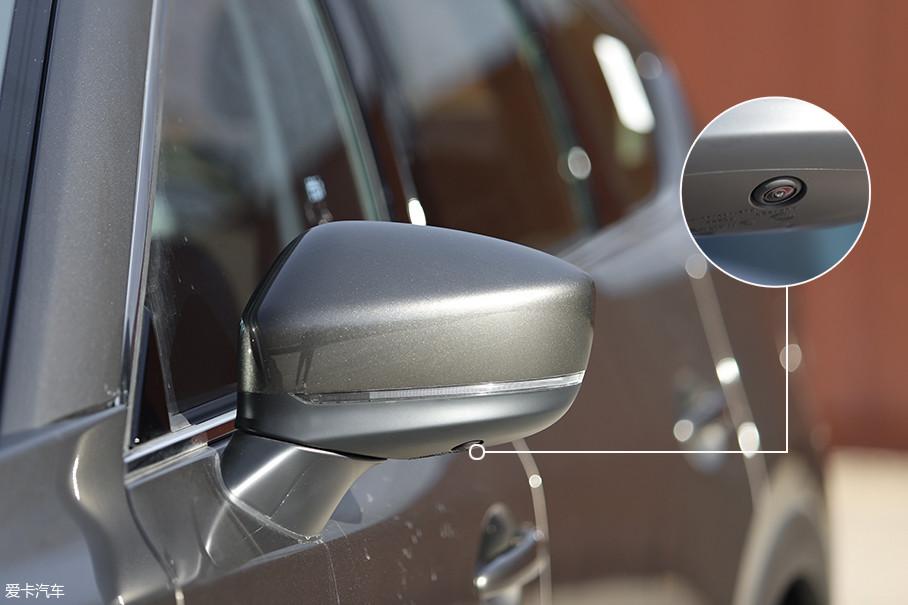 外后视镜被安置于车门板上沿处,减少了A柱盲区,高配车型还配备了360°全景影像系统,车侧摄像头被设计在了外后视镜底部。