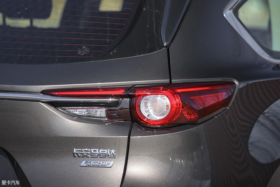 尾灯与前大灯采用了相同的设计元素,夜间视觉效果非常出色,辨识度很高,只可惜转向灯和倒车灯也仅采用卤素光源。