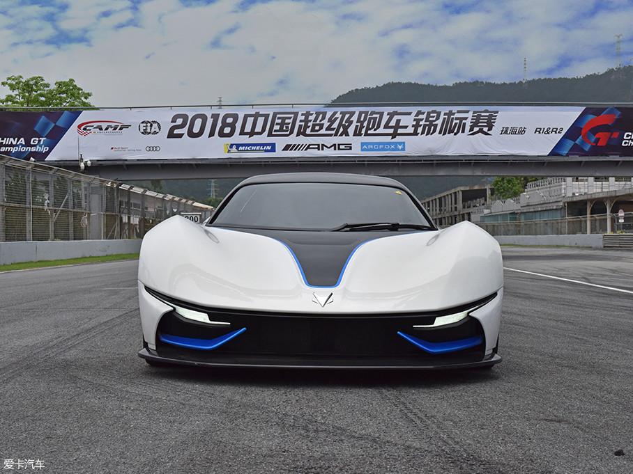 车辆前脸设计很是凶狠,极低的视觉重心是一台GT跑车必须具备的基本条件,细长的车头灯组有效的将车辆视觉宽度进一步拉伸。