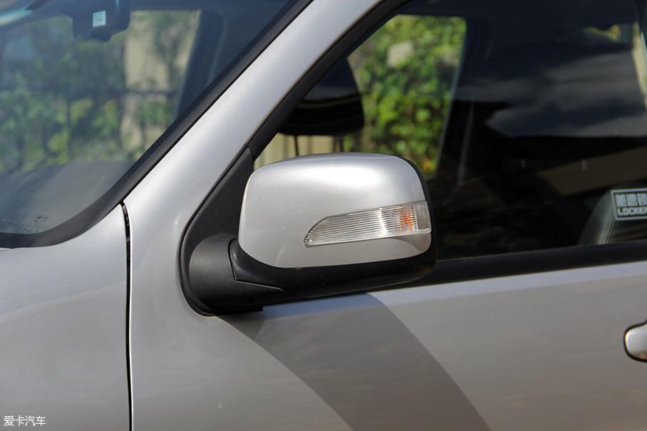 风骏5欧洲版的外后视镜同样集成了转向灯设计,并且灯带设计比较醒目。功能方面,外后视镜可支持基本的电动调节功能,风骏6则增配了电动折叠及加热功能。