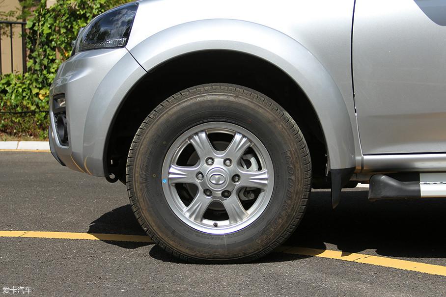 风骏5欧洲版配备的是六辐式铝合金轮圈,显得粗犷有力。轮胎方面,匹配的是规格为235/70 R16的好运牌轮胎,这点与风骏6相同。